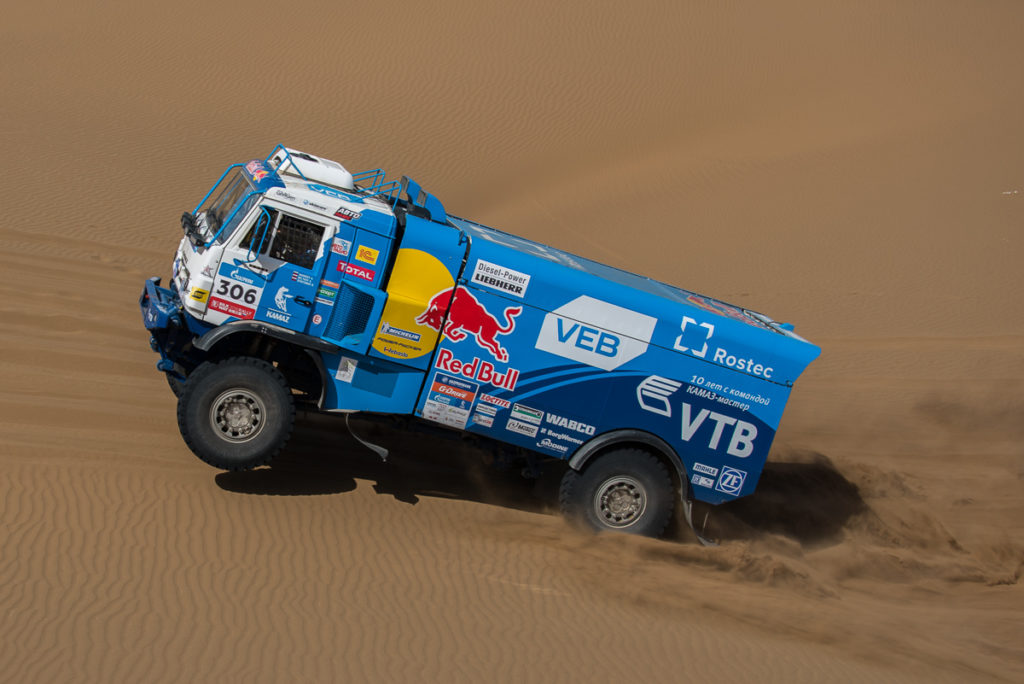 THE CREW OF AIRAT MARDEEV CELEBRATES VICTORY, THE CREW OF ANDREY KARGINOV LAYS IN DUNES.